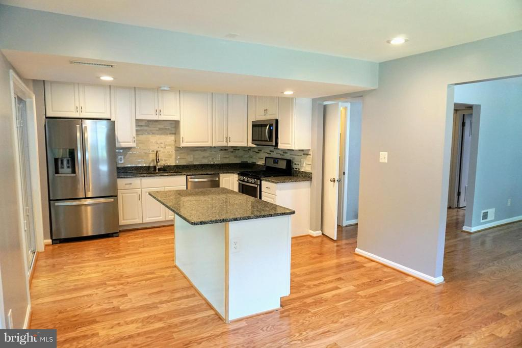 Gorgeous  bright and beautiful Kitchen - 8434 THAMES ST, SPRINGFIELD