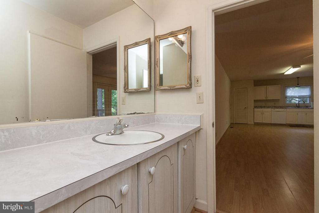 Walk thru Bath vanity - 208 CREEKSIDE DR, LOCUST GROVE