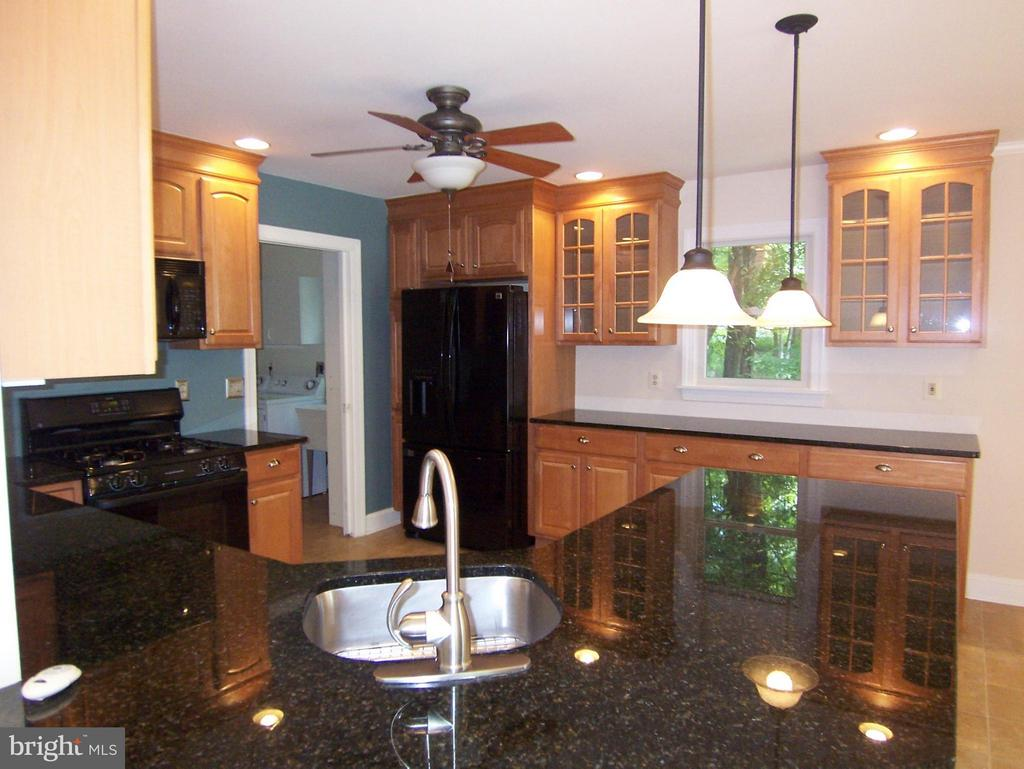 Kitchen w/granite counter tops - 504 CORNWALLIS AVE, LOCUST GROVE