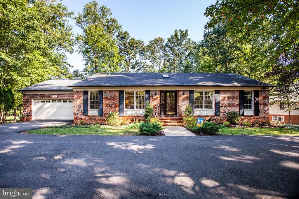 Beautiful brick rambler on TWO golf course lots. - 303 GOLD VALLEY RD, LOCUST GROVE