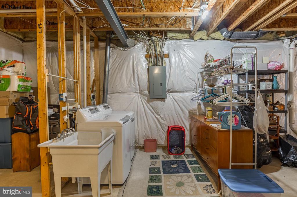 Basement with washer/dryer - 4081 CARDINAL CREST DR, WOODBRIDGE