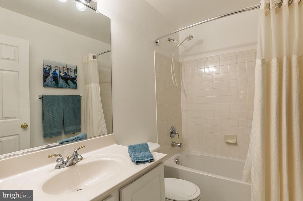 Upstairs bathroom - 4081 CARDINAL CREST DR, WOODBRIDGE
