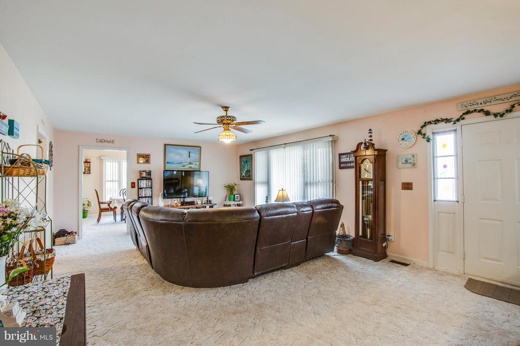 HUGE Family Room! - 103 BURGESS MILL CT, LOCUST GROVE
