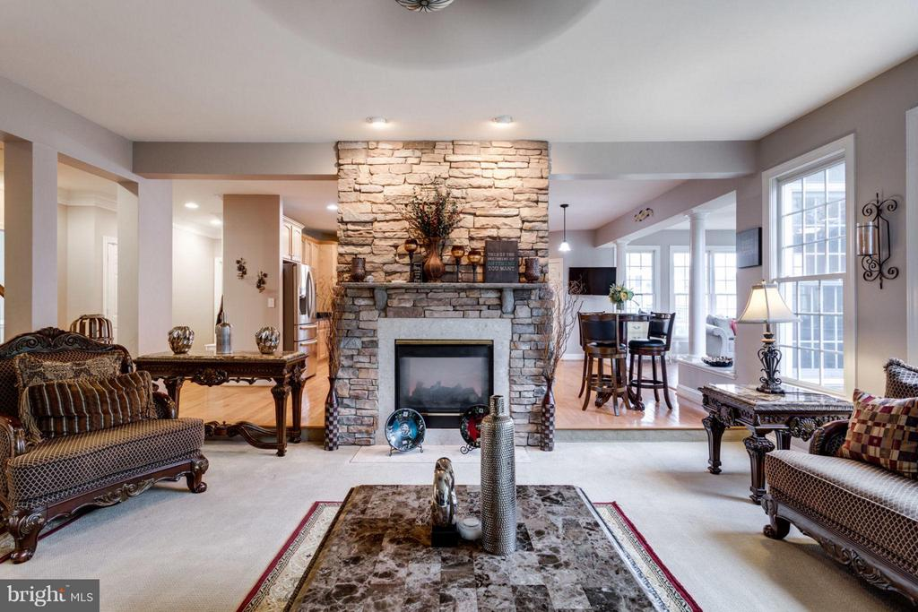 Plenty of space for family and friends - 12253 TIDESWELL MILL CT, WOODBRIDGE