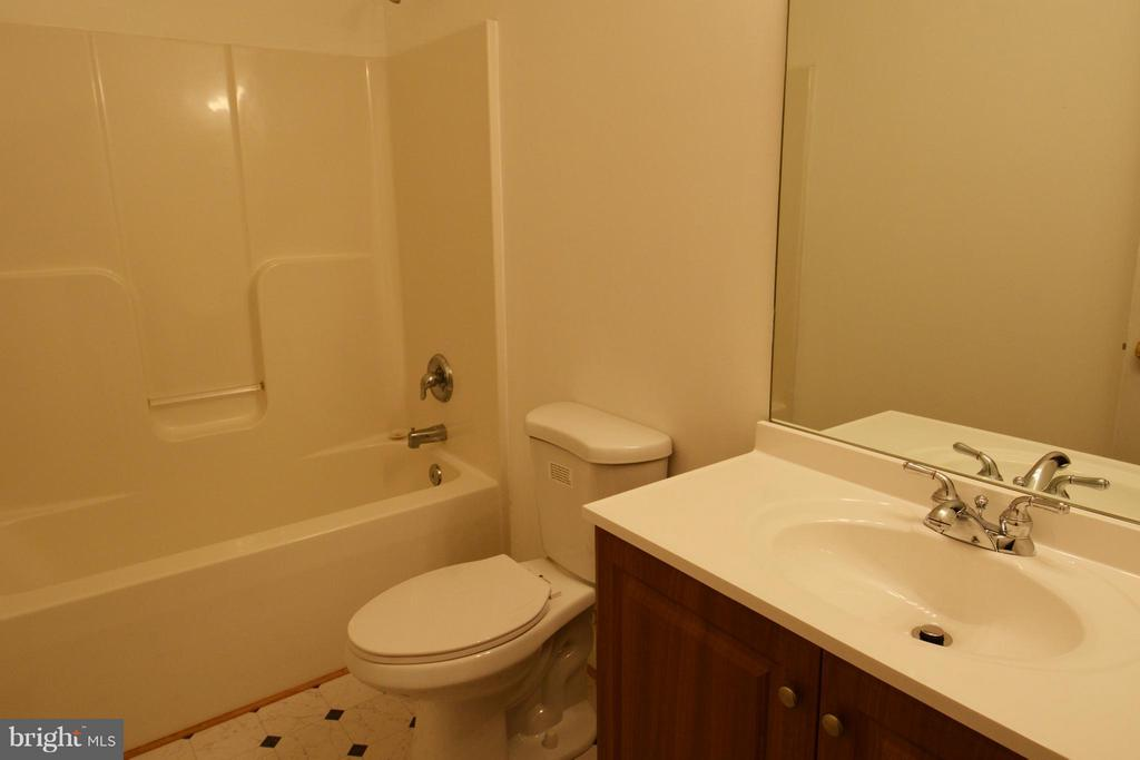 Hall Bath - 307 STRATFORD CIR, LOCUST GROVE