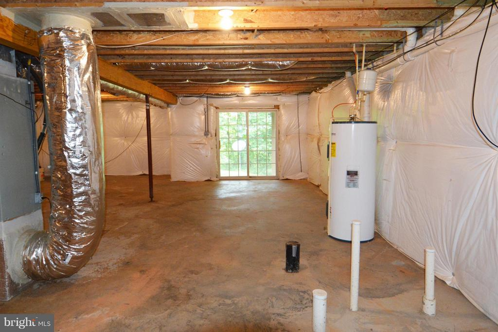 Basement w/bath rough-in and walkout - 307 STRATFORD CIR, LOCUST GROVE