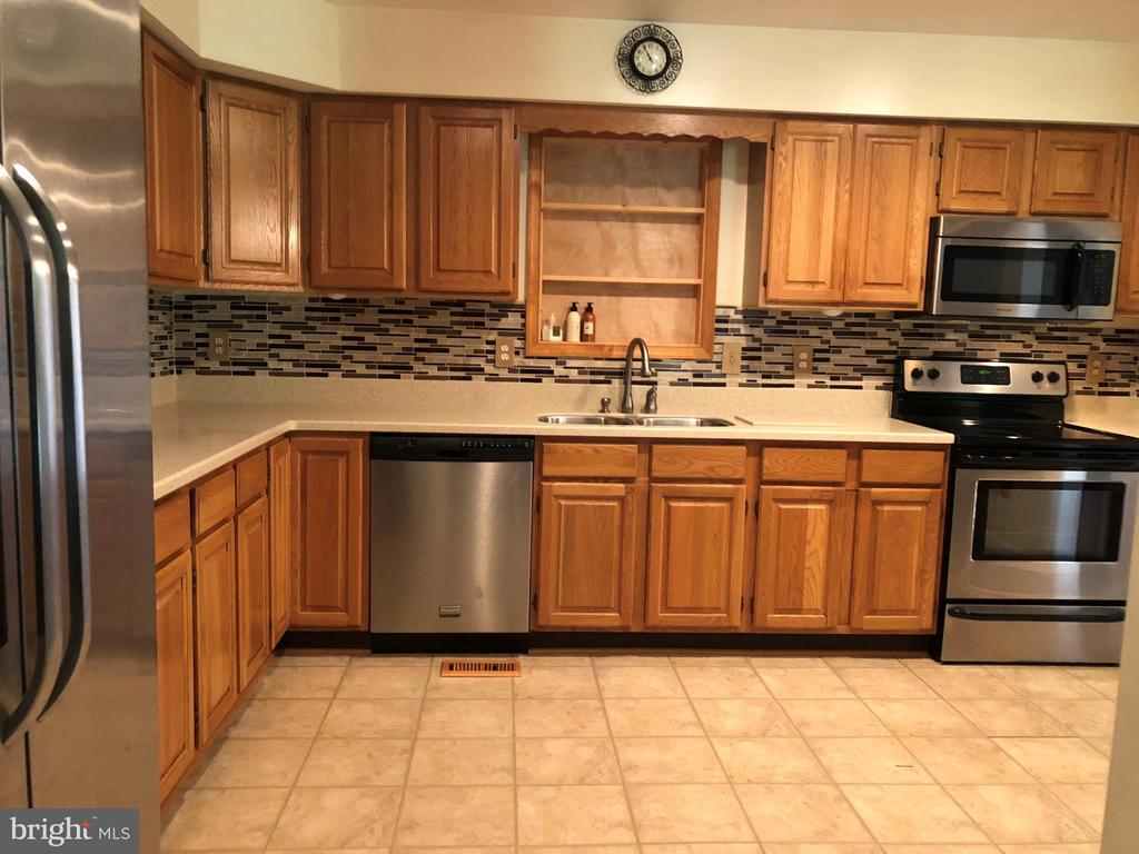 Kitchen boasts all amenties - 200 LIBERTY BLVD, LOCUST GROVE