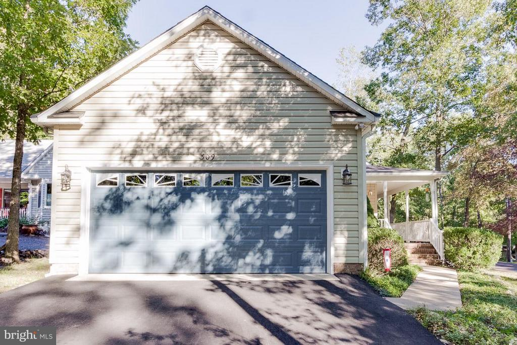 Asphalt Drive, Concrete Walk, Side Load Garage - 309 BIRDIE RD, LOCUST GROVE
