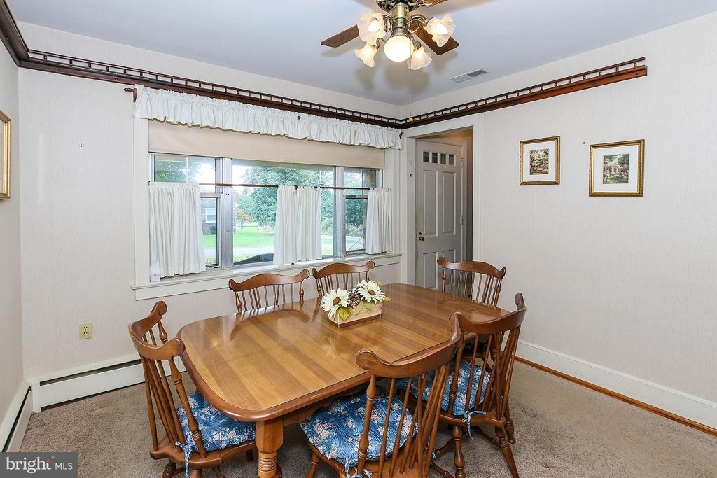 Lots of natural light flows in thru these windows - 831 W HOLLY LN, PURCELLVILLE