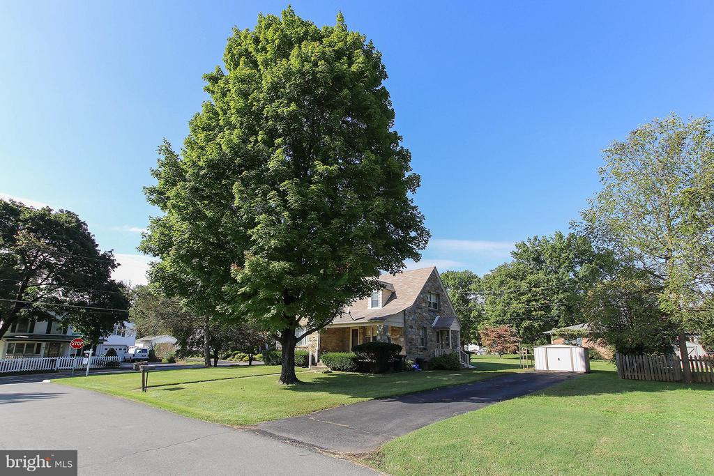 Corner lot with lovely curb appeal - 831 W HOLLY LN, PURCELLVILLE
