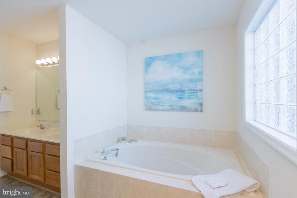 Master Bath Double Vanities & Soak Tub - 309 BIRDIE RD, LOCUST GROVE