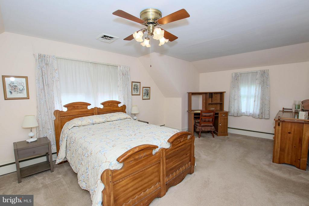 Hardwood under the carpet - 831 W HOLLY LN, PURCELLVILLE