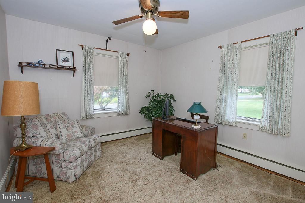 Main level bedroom or home office - 831 W HOLLY LN, PURCELLVILLE