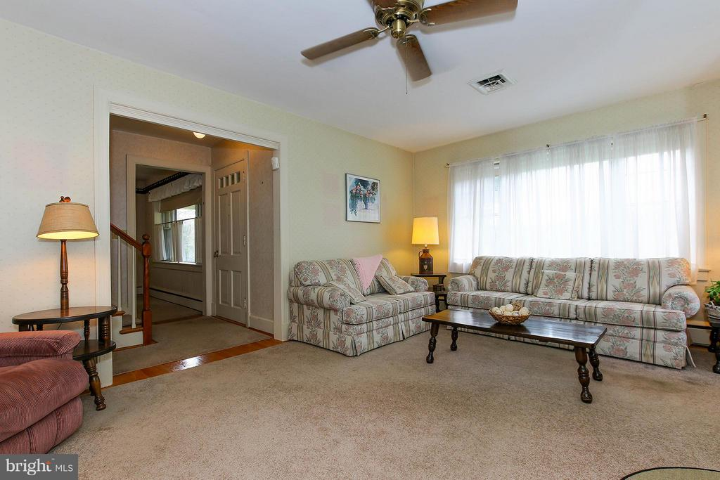 Large, bright living room - 831 W HOLLY LN, PURCELLVILLE