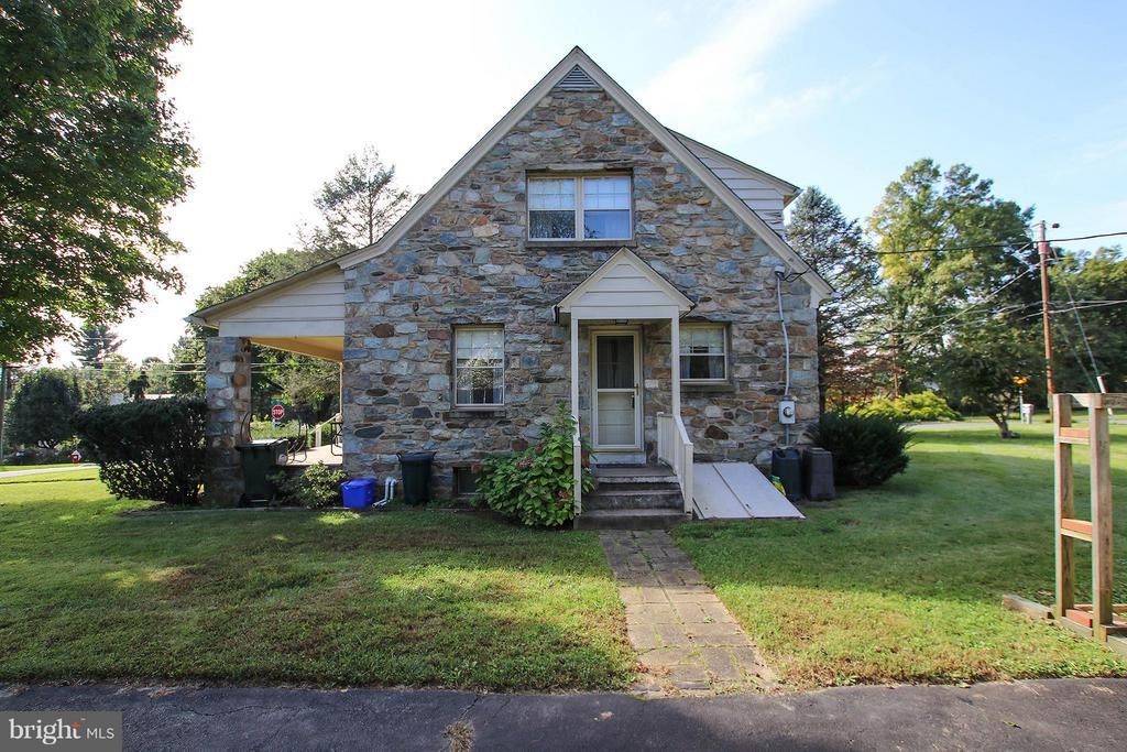 Side entrances into kitchen and basement - 831 W HOLLY LN, PURCELLVILLE