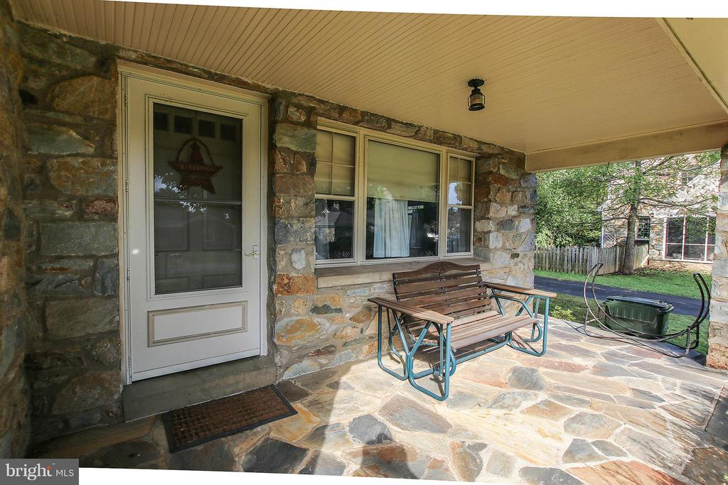 Charming front porch - 831 W HOLLY LN, PURCELLVILLE