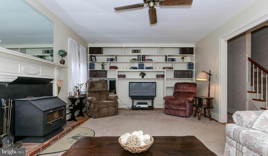 Built in bookcases - 831 W HOLLY LN, PURCELLVILLE