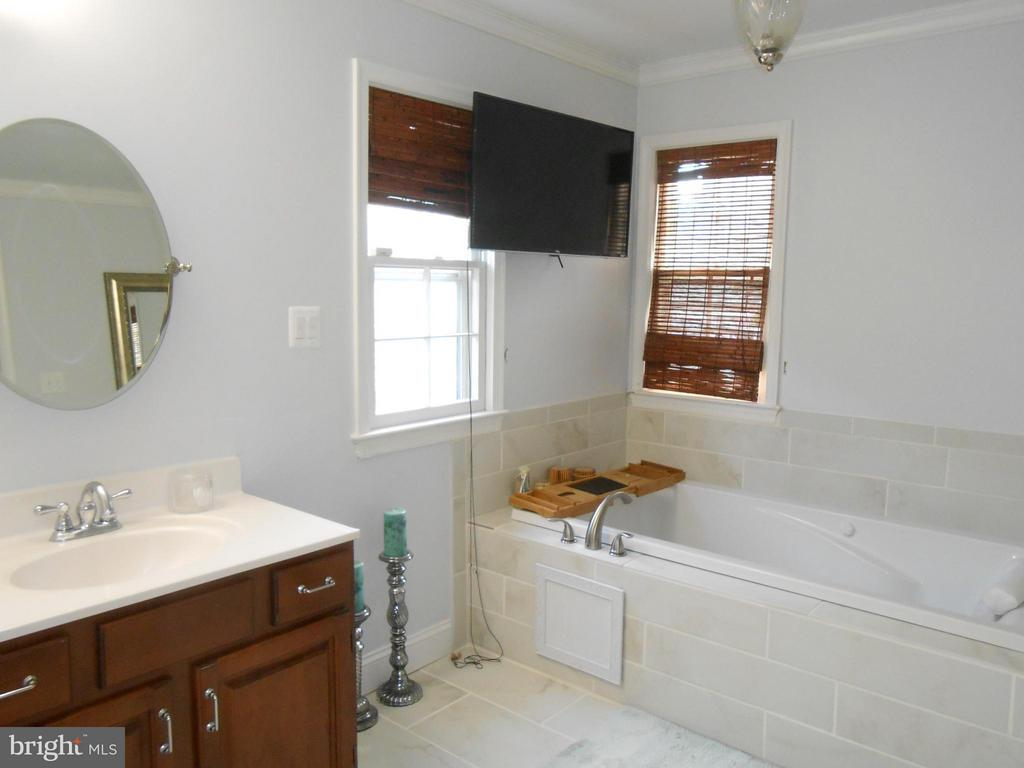 Jetted Soaking Tub - TV conveys! - 10210 BENS WAY, MANASSAS