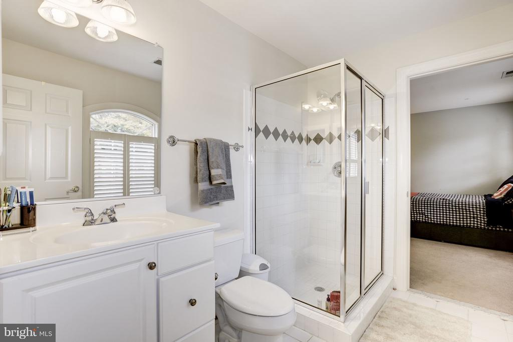 Master bath with tub and separate shower. - 1956 VERMONT ST N, ARLINGTON