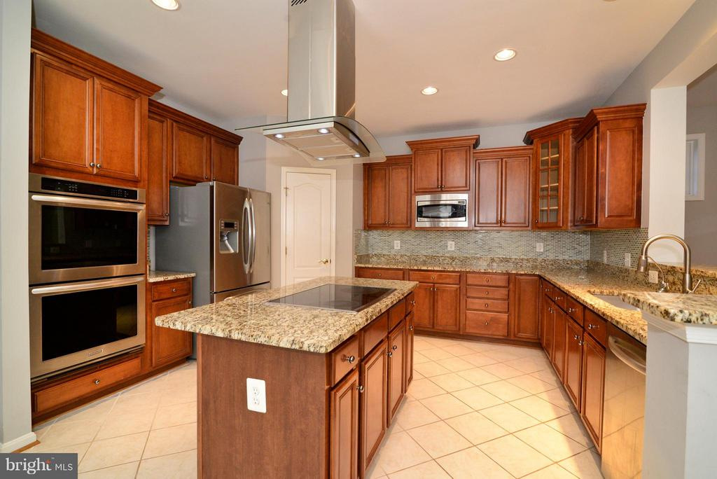 Beautiful Kitchen with stainless steel hood - 21934 WINDOVER DR, BROADLANDS