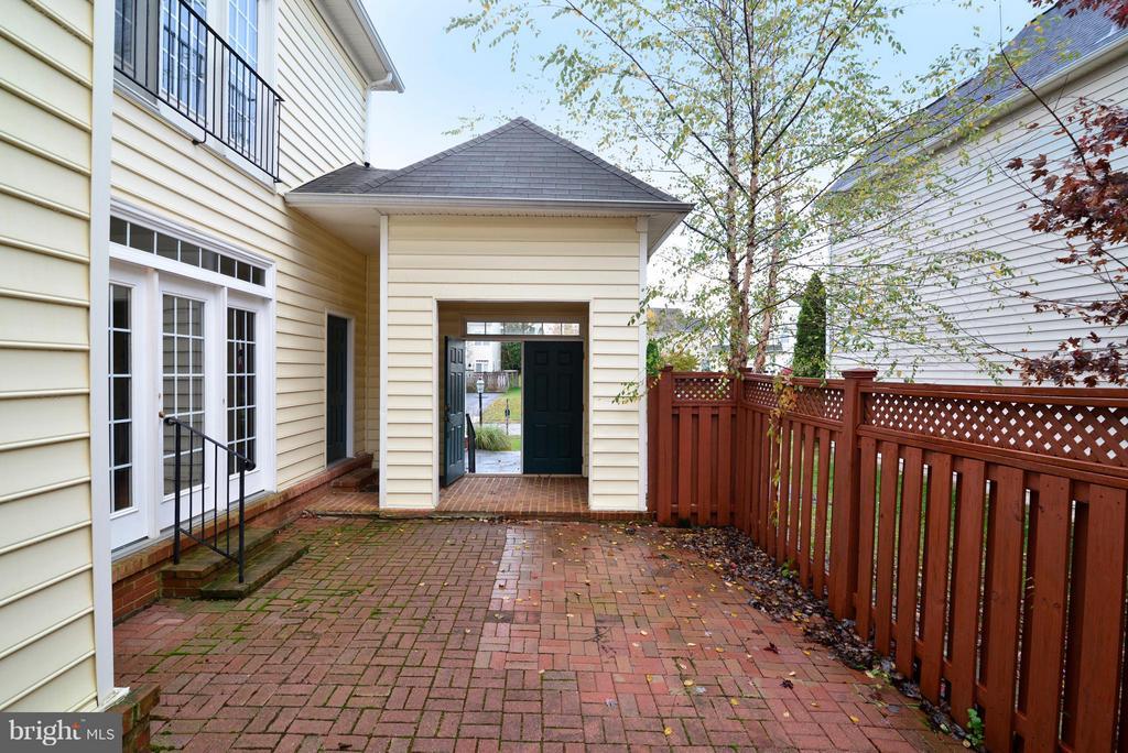 Courtyard - 21934 WINDOVER DR, BROADLANDS