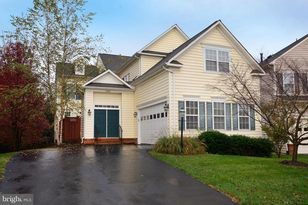 Spacious driveway with side load garage - 21934 WINDOVER DR, BROADLANDS