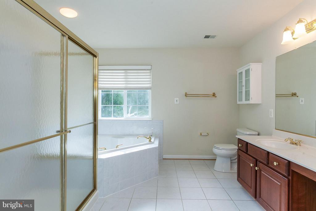 Master Bath w/Jetted Tub and Large Shower - 9311 EAGLE CT, MANASSAS PARK