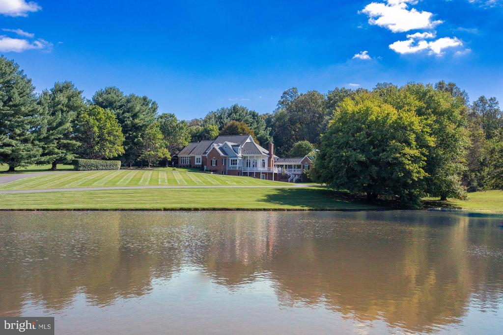 Gracious estate on five acres with pond vistas - 10431 NEW ASCOT DR, GREAT FALLS