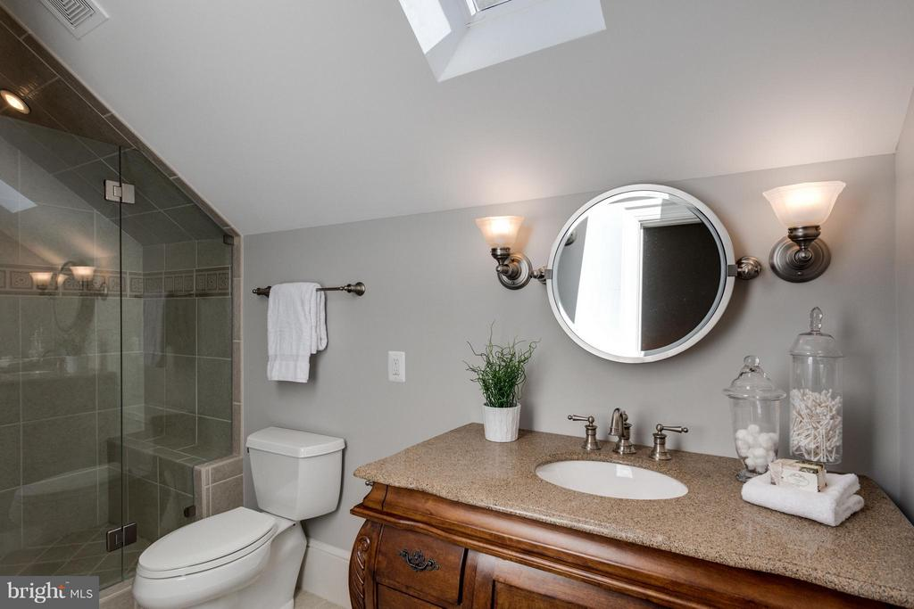 En Suite Bath in Guest Suite with skylight - 10431 NEW ASCOT DR, GREAT FALLS
