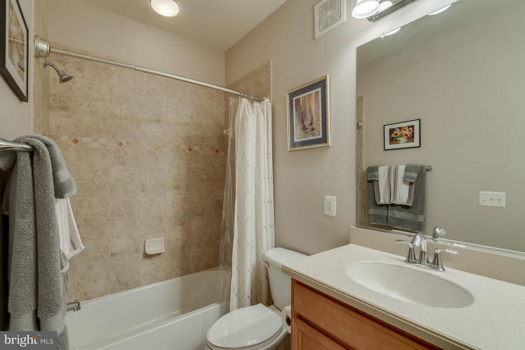 2nd Full Bath - upstairs hallway - 43594 HAMPSHIRE CROSSING SQ #0, LEESBURG