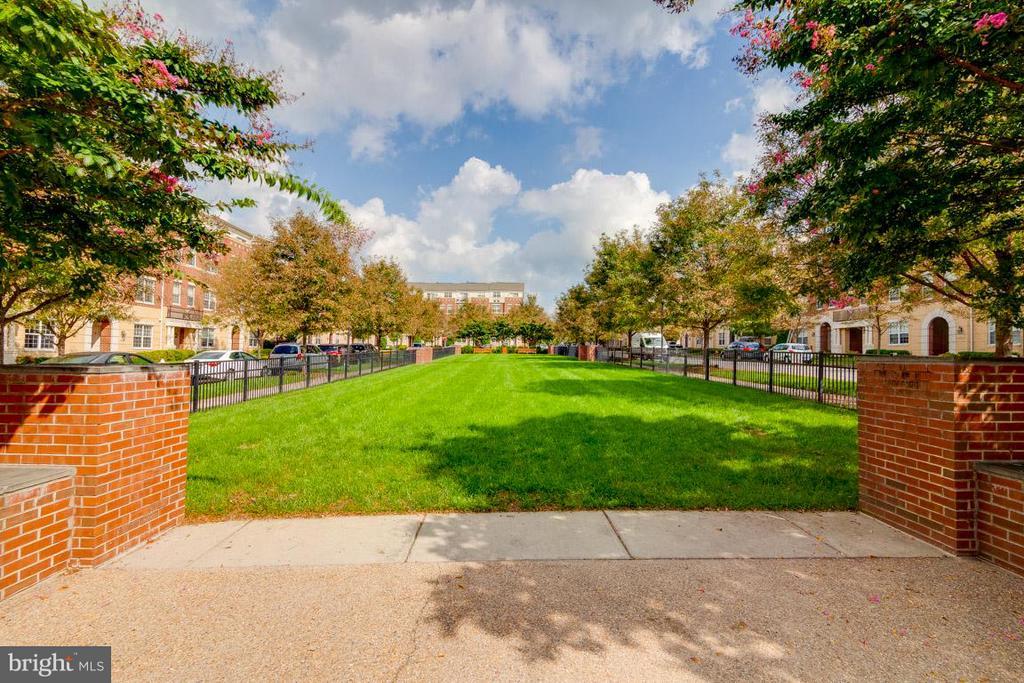 Pocket Park across the street - 43594 HAMPSHIRE CROSSING SQ #0, LEESBURG