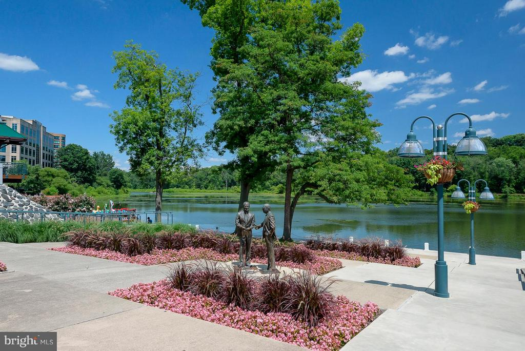 Columbia Lake Front Rouse Brothers Statue - 5041 GREEN MOUNTAIN CIR #2, COLUMBIA