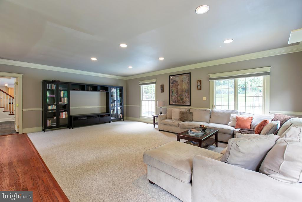 Very Large Family room flooded with light - 16808 OAK HILL RD, SILVER SPRING