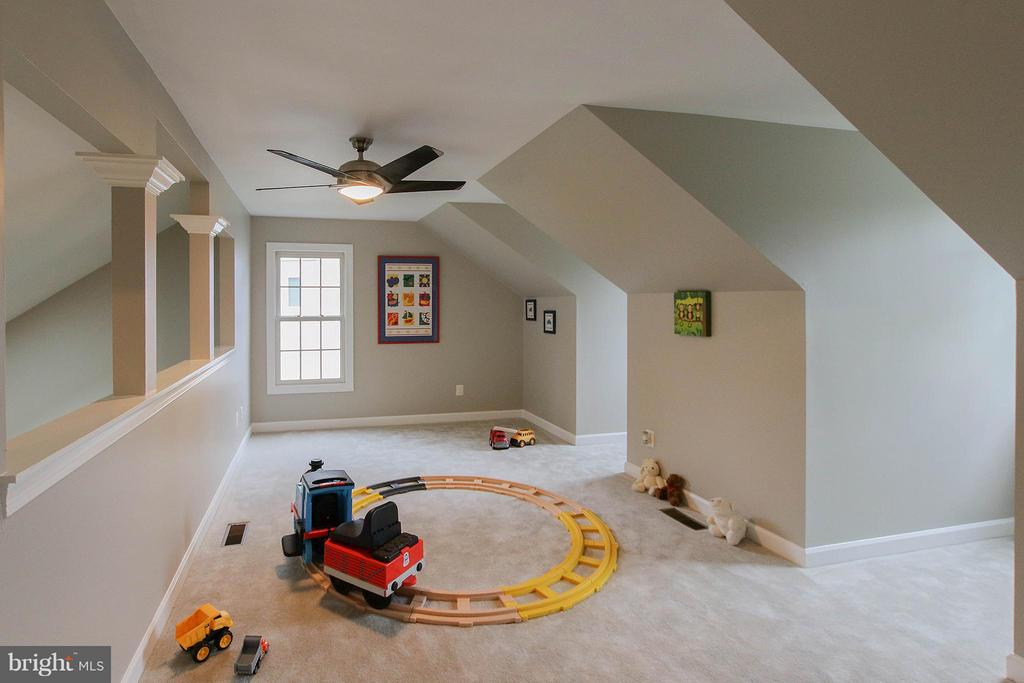 Fantastic loft space - 43956 BRUCETON MILLS CIR, ASHBURN