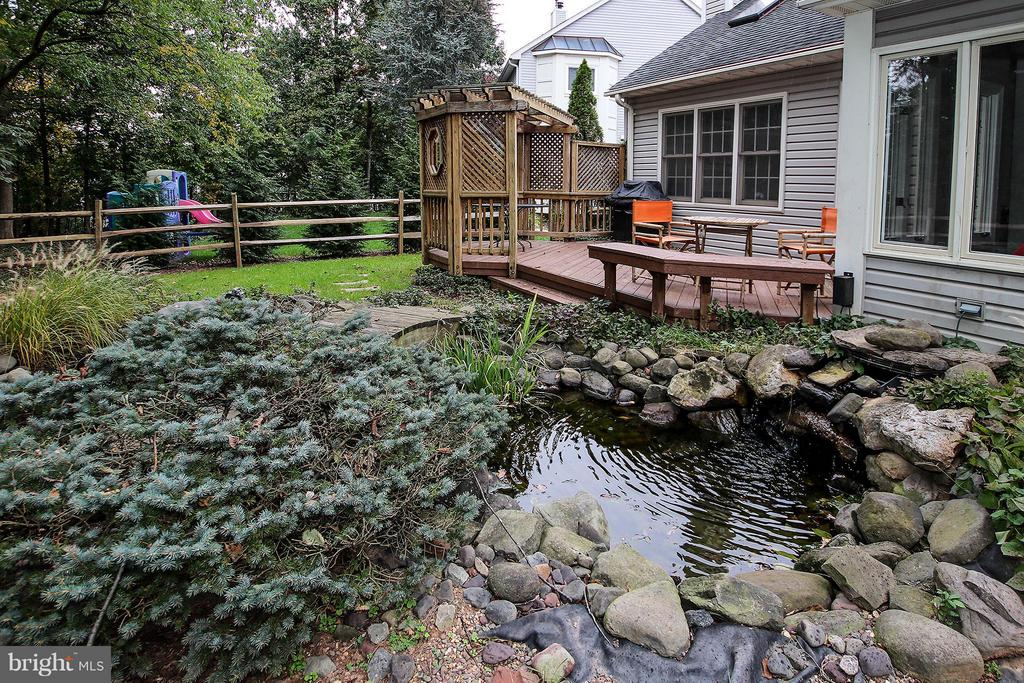 Tranquil and charming pond with bridge - 43956 BRUCETON MILLS CIR, ASHBURN