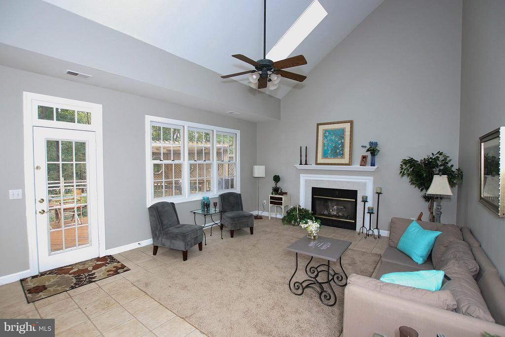 Great open floor plan offers LOTS of natural light - 43956 BRUCETON MILLS CIR, ASHBURN