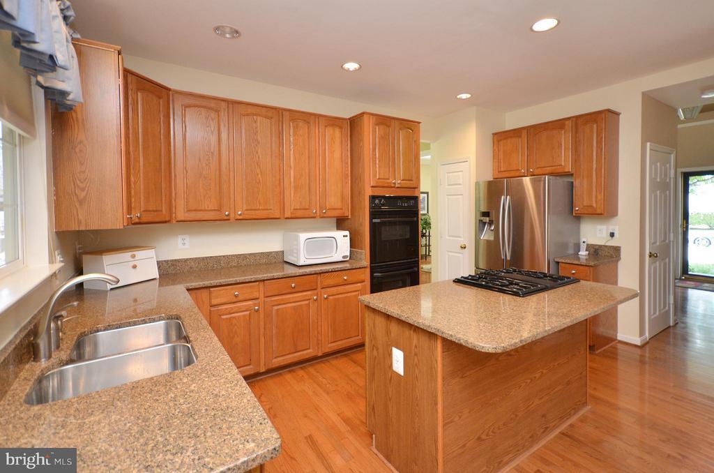 Kitchen with Granite Counters - 20532 DEERWATCH PL, ASHBURN