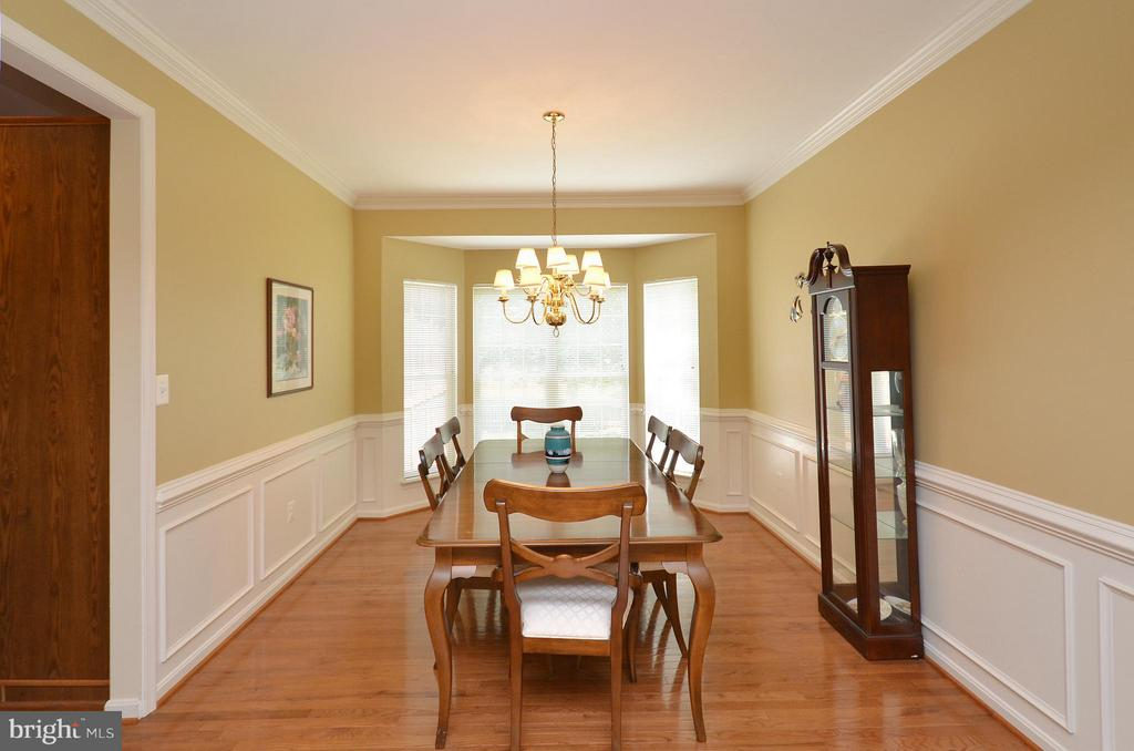 Lovely Dining Room w/ Crown and Chair Rail Molding - 20532 DEERWATCH PL, ASHBURN