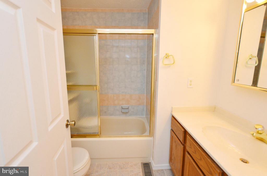 Hall Full Bathroom - 1309 BEECH RD, STERLING