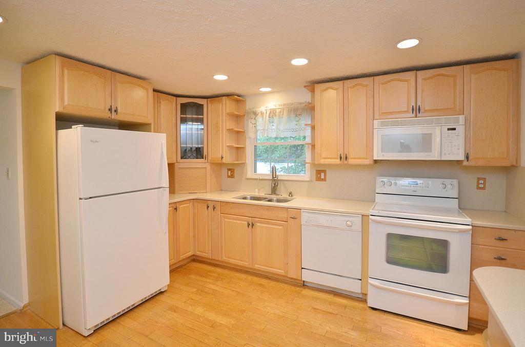 Updated Cabinets - 1309 BEECH RD, STERLING