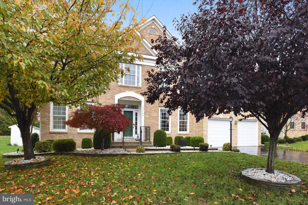 Great curb appeal, trees provide plenty of privacy - 43154 PARKERS RIDGE DR, LEESBURG