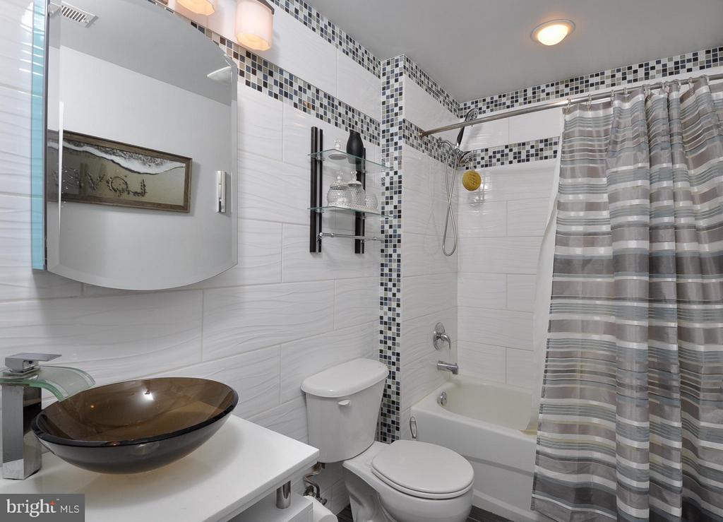 Upper hall bath - 11300 HONOR BRIDGE FARM CT, SPOTSYLVANIA