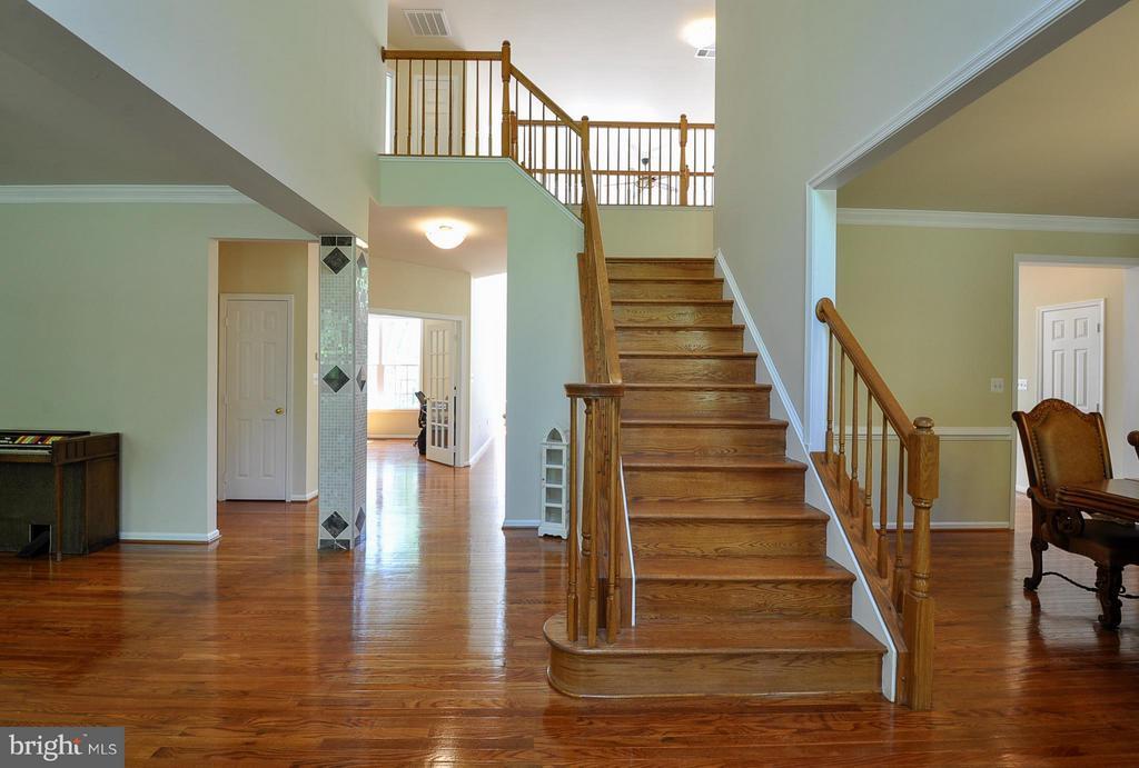 2 story foyer - 11300 HONOR BRIDGE FARM CT, SPOTSYLVANIA