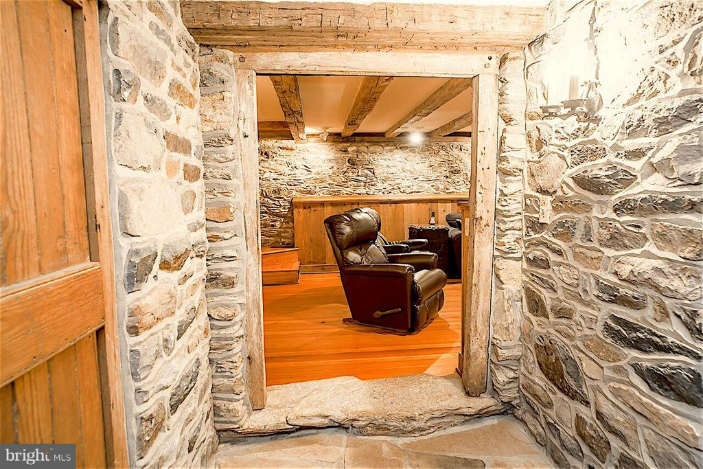 Stone Walls and beautiful craftsmenship everywhere - 19923 WOODTRAIL RD, ROUND HILL