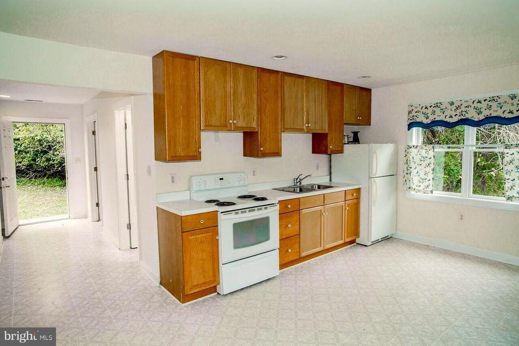 Guest Cottage Kitchen - 19923 WOODTRAIL RD, ROUND HILL