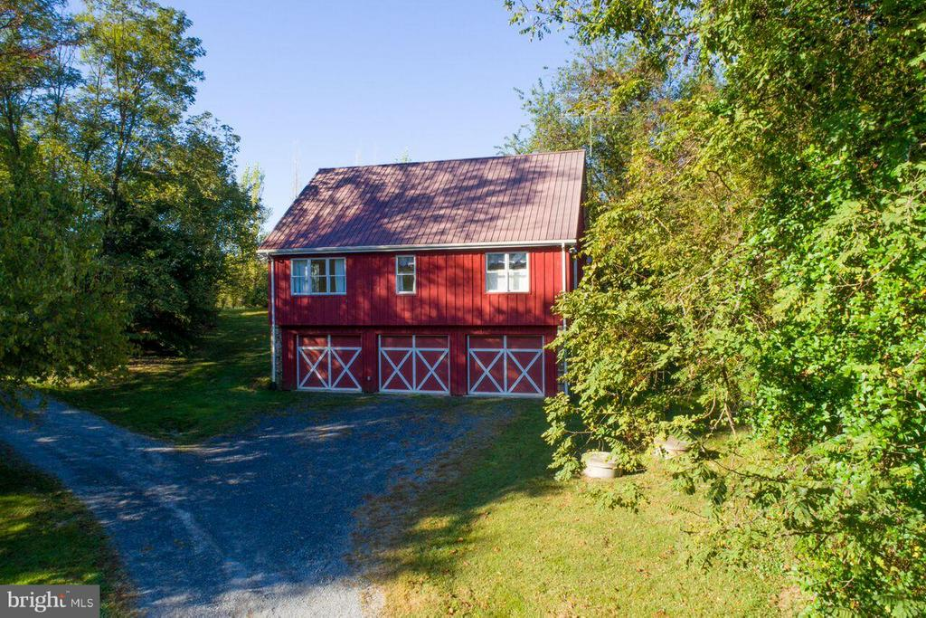 3 Bay Garage with 2 BDRM guest cottage above - 19923 WOODTRAIL RD, ROUND HILL