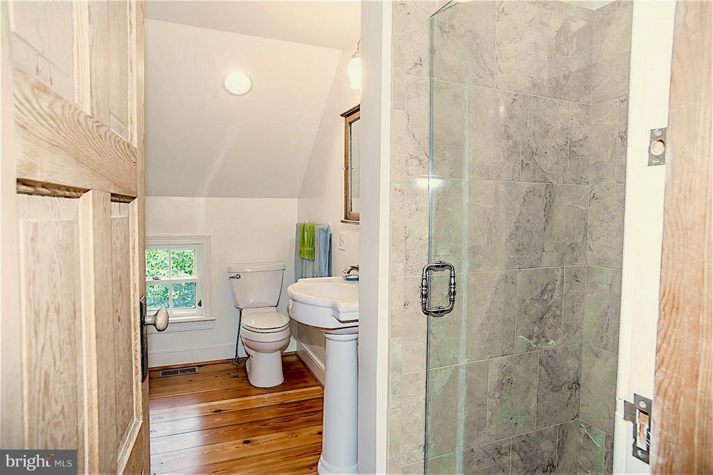 Beautifully updated Master Bath - 19923 WOODTRAIL RD, ROUND HILL