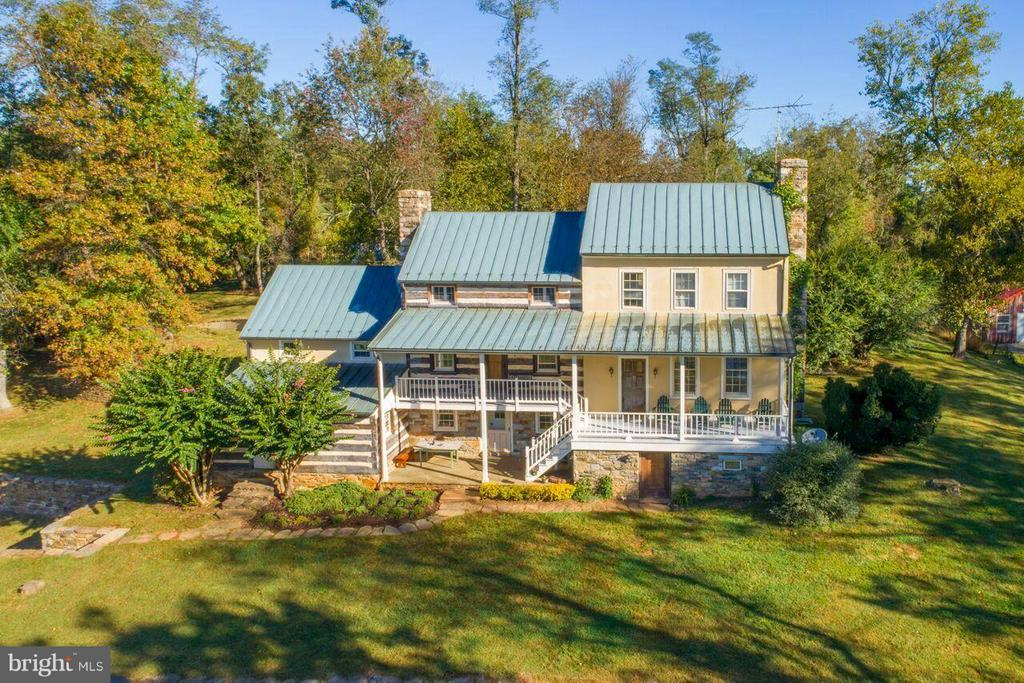 Quintessential Virginia Country House - 19923 WOODTRAIL RD, ROUND HILL