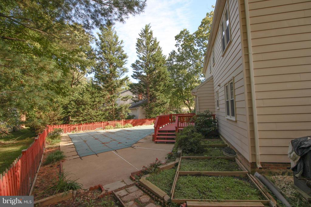 Extra Space for your Garden - 402 AUTUMN OLIVE WAY, STERLING