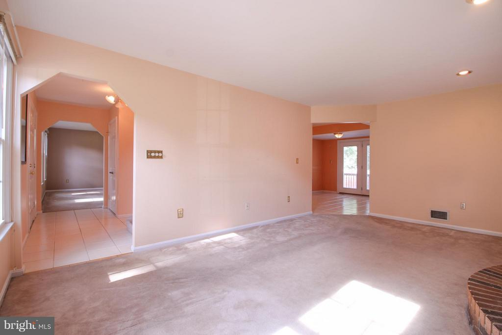 Cozy Family Room w/ Wall to Wall Carpeting - 402 AUTUMN OLIVE WAY, STERLING